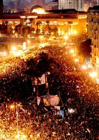 En la plaza no solo se congregaron las víctimas y los islamistas, sino también egipcios de distintas tendencias para pedir la renuncia inmediata del Consejo Supremo de las Fuerzas Armadas.