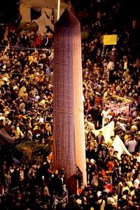 Varias personas colocaron un obelisco de cartón con los nombres de los