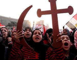 Los liberales entonaban Abajo, abajo el régimen militar y consignas para reclamar que Tantawi, quien fue ministro de defensa bajo Mubarak durante casi 20 años, sea ejecutado por la muerte de manifestantes en los últimos meses.