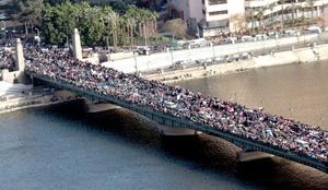 Todos los caminos llevaban a Tahrir, epicentro de la Revolución del 25 de Enero, donde bajo un sol radiante confluyeron varias marchas de decenas de miles de personas organizadas por distintos grupos de jóvenes y revolucionarios.
