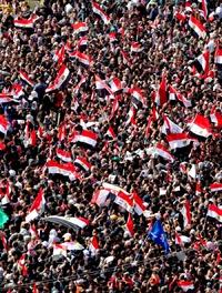 OMA06 EL CAIRO (EGIPTO) 25/01/2012.- Miles de egipcios participan en la congregación celebrada en la plaza Tahrir para conmemorar el primer aniversario de la revolución que derrocó al expresidente Hosni Mubarak, en El Cairo (Egipto), hoy, miércoles 25 de enero de 2012. Entre las decenas de miles de participantes, hubo una abundante presencia de seguidores islamistas, muchos de ellos con insignias de los Hermanos Musulmanes, además de numerosas familias que se acercaron a la plaza con niños, aprovechando que es día festivo, según constató Efe. EFE/ANDRE PAIN