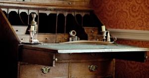 Réplica del escritorio de trabajo en el interior de la Casa Museo donde nació el escritor Charles Dickens.