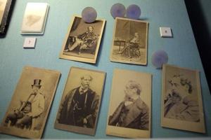 Detalle de una serie de fotografías familiares.