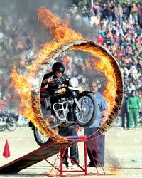 Un motociclista de la unidad Daredevil de la policía de Cachemira participó en los festejos.