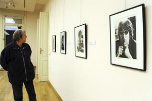 Un visitante observa unas fotografías en la exposición El Arte de John Lennon en el palacio Reok en Szeged.