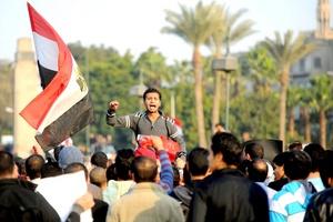 Rodeado de una turba de personas que gritaba contra el descontrol de las autoridades, un joven relató cómo intentó socorrer a los heridos mientras esquivaba el lanzamiento de piedras.