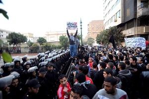 Decenas de seguidores de los dos equipos enfrentados el miércoles se unieron en una marcha junto al estadio y corearon lemas como