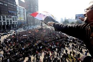Partidos políticos y activistas egipcios exigieron al Parlamento retirar el voto de confianza al primer ministro Kamal al-Ganzouri, ante la violencia surgida tras un partido de futbol en Port Said, agravando la crisis política.