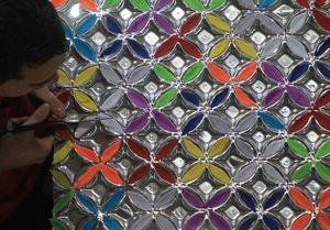 Renascer de Jacarepaguá ha sido quizá la escuela más osada al elegir a un artista vivo como Romero Britto, quien se ofreció a participar en el desfile y además contribuyó al diseño de las carrozas que salieron del pupitre del carnavalesco Edson Pereira, el director artístico de la asociación de samba.