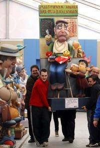 Varios operarios trasladan un ninot en la exposición del Ninot a su lugar.