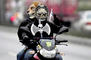 Como parte de esta tradición se celebran actos religiosos, artísticos, deportivos y culturales una noche antes de que los miles de motociclistas partan de la capital a Esquipulas, así como a su llegada a esa ciudad religiosa.