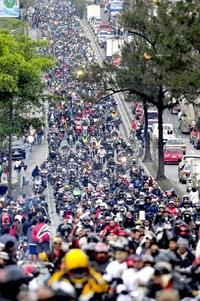 Integrada por motociclistas de Centroamérica, México, Colombia, Venezuela, Japón y Suiza, entre otros, la llamada caravana del zorro partió desde el antiguo Palacio de Gobierno, en el Centro Histórico de la capital.