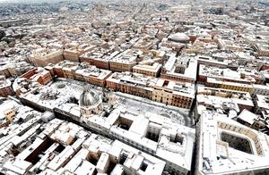 Romanos y turistas han aprovechado la nieve para obtener inusuales fotografías de los principales atractivos de Roma.