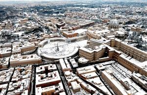 La plaza de San Pedro, en el Vaticano, lució llena de nieve.