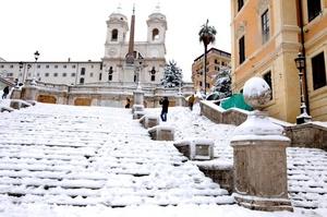 La escalinata de la Plaza de España amanece se tiñó de blanco por la nevada.
