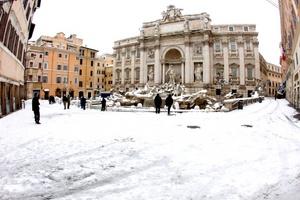 La Fontana di Trevi amaneció cubierta de nieve.