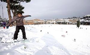 Muchos romanos y turistas aprovecharon el día para visitar la ciudad de un modo poco usual y se dirigieron a la explanada del Circo Massimo y a las inmediaciones del Coliseo para disfrutar de la nieve.