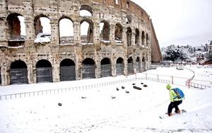 La gran capa de nieve que cubre Italia ha sido aprovechada para salir a divertirse.