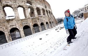 Jóvenes salieron a practicar snowboard junto al Coliseo de Roma.