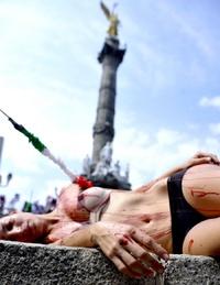 La mayoría de los participantes en la protesta se hicieron presentes en el céntrico Paseo de la Reforma semidesnudos y con manchas rojas en su cuerpo simulando sangre.