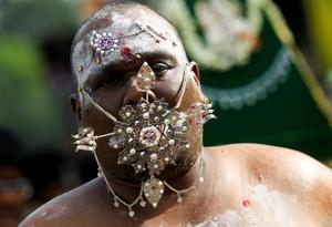 Los hinduístas se cuelgan adornos para realzar su hombría.