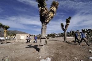 Habitantes caminan sobre terreno árido, producto de la sequía en el municipio de Puerto Grande, estado de Nuevo León (México).