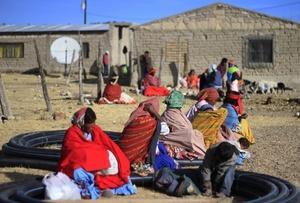 Miembros de la étnia rarámuris son vistos en la comunidad de Huisasorare (México). Los miembros de la etnia rarámuris están sufriendo la peor sequía de los últimos 71 años, que ha dejado sin comida a los habitantes de la abrupta sierra Tarahumara.