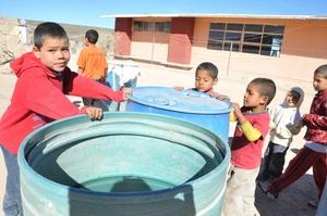 Niños observan hoy la poca agua existente en los campos áridos del municipio de Santa Clara (México), donde han muerto unas cuatro mil reses a causa de la falta de agua y alimento por las intensas sequías.