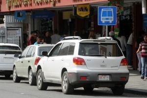 Estacionarse en zonas prohibidas entorpece el flujo vehicular.