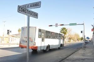 Camiones que circulan sin respetar semáforos ni señalamientos viales, exponiendo a los pasajeros.