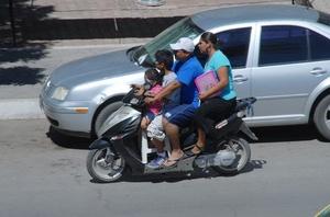 Transportar a más personas en motocileta y no portar casco pone en peligro la integridad del conductor.