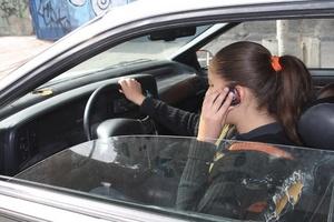 Hablar por celular mientras se maneja distrae la atención del conductor.