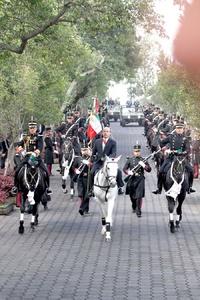 Un elemento del Estado Mayor Presidencial acercó el animal al templete donde montó Calderón, quien se dirigió en la yegua a saludar a la bandera.