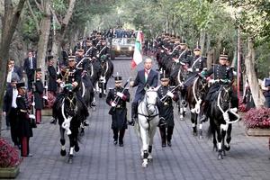 El mandatario, al término del acto, trepó en una yegua blanca, en cuya montura lucían las cinco estrellas como comandante supremo de las Fuerzas Armadas.