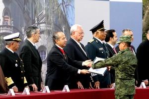El presidente Felipe Calderón reconoció la labor de los militares en el Castillo de Chapultepec.