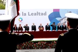 En el acto en el cual el único orador fue el titular de la Secretaría de la Defensa Nacional (Sedena), Calderón Hinojosa acudió acompañado por su esposa Margarita Zavala y por integrantes del gabinete legal y ampliado, y pasó la tradicional lista de honor.