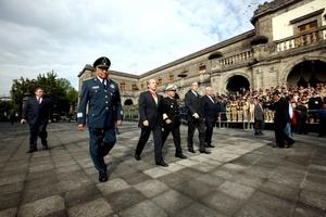 Con la Banda Presidencial al pecho, el mandatario conmemoró el XCIX aniversario de la Marcha de la Lealtad.