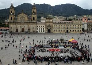 BOG07. BOGOTÁ (COLOMBIA), 09/02/2012.- Unas 70 personas semidesnudas y pintadas de rojo y negro se manifiestan para reclamar el fin de las corridas de toros en el país hoy, jueves 9 de febrero de 2012, en la Plaza de Bolívar de Bogotá (Colombia). El debate antitaurino resucitó en Colombia a mediados de enero cuando arrancó la temporada de toros en una de sus plazas predilectas, la de Santamaría en Bogotá, y tuvo su germen en la decisión del nuevo alcalde capitalino, Gustavo Petro, de no ocupar el palco de la Alcaldía. EFE/Mauricio Dueñas