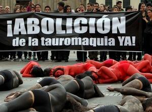 BOG01. BOGOTÁ (COLOMBIA), 09/02/2012.- Unas 70 personas semidesnudas y pintadas de rojo y negro se manifiestan para reclamar el fin de las corridas de toros en el país hoy, jueves 9 de febrero de 2012, en la Plaza de Bolívar de Bogotá (Colombia). El debate antitaurino resucitó en Colombia a mediados de enero cuando arrancó la temporada de toros en una de sus plazas predilectas, la de Santamaría en Bogotá, y tuvo su germen en la decisión del nuevo alcalde capitalino, Gustavo Petro, de no ocupar el palco de la Alcaldía. EFE/Mauricio Dueñas