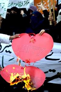Seguidores del partido religioso Jamiat Ulema-e-Islam protestaron contra la festividad de San Valentín.