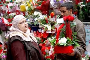 Los puestos de flores de El Cairo se llenan  de productos fabricados especialmente con motivo de la celebración de San Valentín.