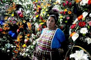 En Guatemala, comerciantes ofrecen una gran variedad de arreglos florales.