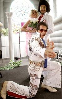 El centro de Madrid se ha convertido en un espacio ceremonioso para los enamorados, con una curiosa capilla nupcial al estilo de Las Vegas, en la que un imitador de Elvis casa a las parejas en el recinto.