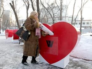 Rusos depositaron mensajes de San Valentín en un buzón en forma de corazón, dirigido al primer ministro Vladimir Putin y situado frente a la sede del gobierno en Moscú.