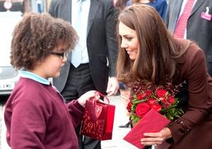 Catalina Middleton, recibío de un niño de ocho años una bolsa y un ramo de rosas rojas por el Día de San Valentín.
