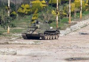 Un tanque del ejército sirio en el barrio de Bab Amr, en Homs.