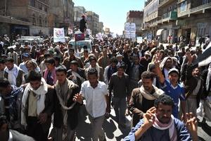Manifestantes yemeníes gritan consignas durante una protesta de apoyo a la oposición siria.