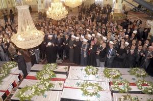 Fotografía  que muestra el funeral de 28 sirios en la mezquita de al-Eiman.
