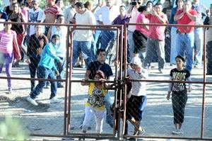 En la muchedumbre se pudo ver gran cantidad de niños y mujeres cargando a sus bebés en brazos.