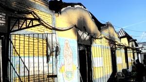 Las llamas se propagaron rápidamente al quemarse los colchones, ropa y sábanas de los reclusos. El edificio resultó parcialmente destruido.